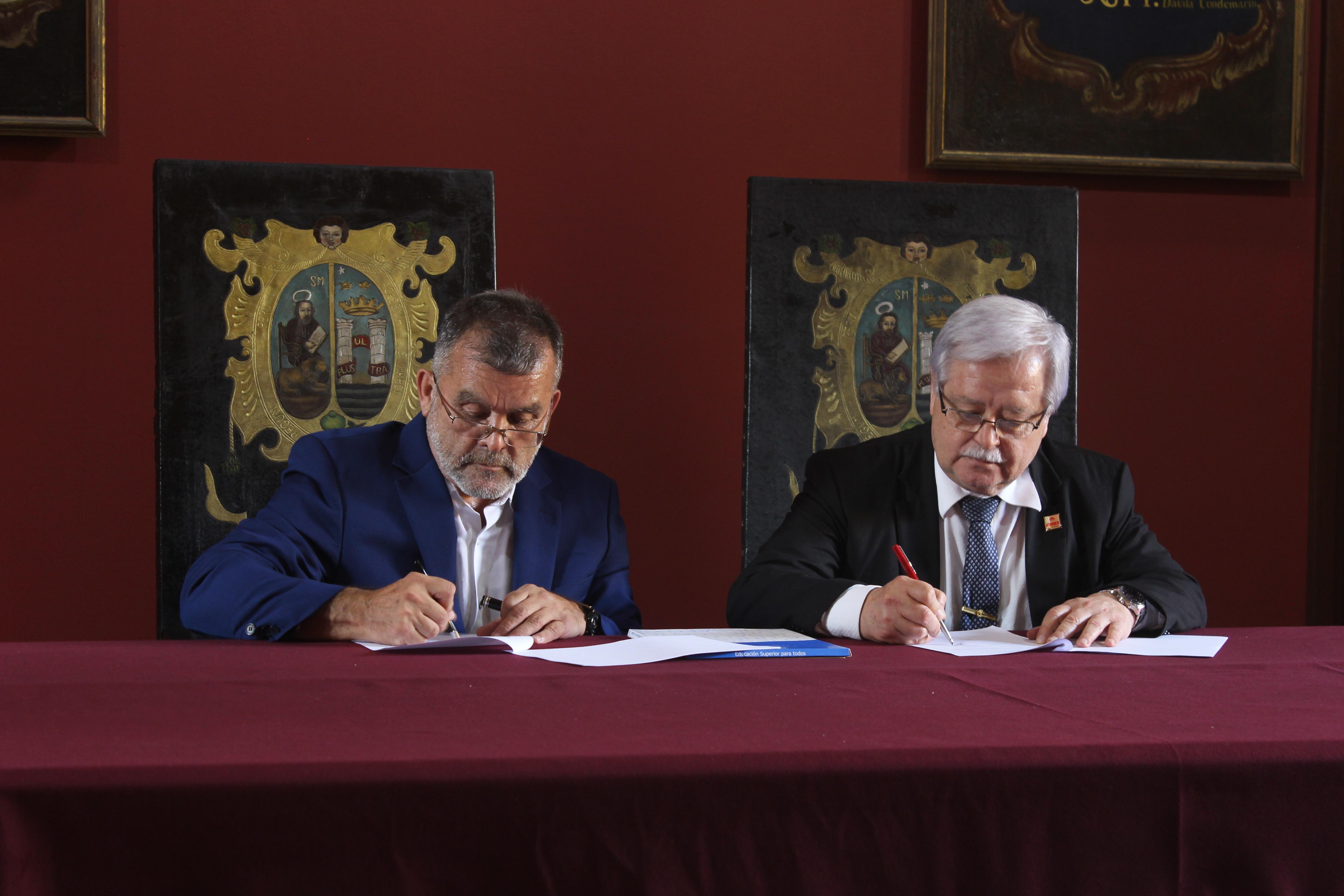Pedro Henríquez Guajardo, director del IESALC, e Hidalgo González Irala, presidente del CONES