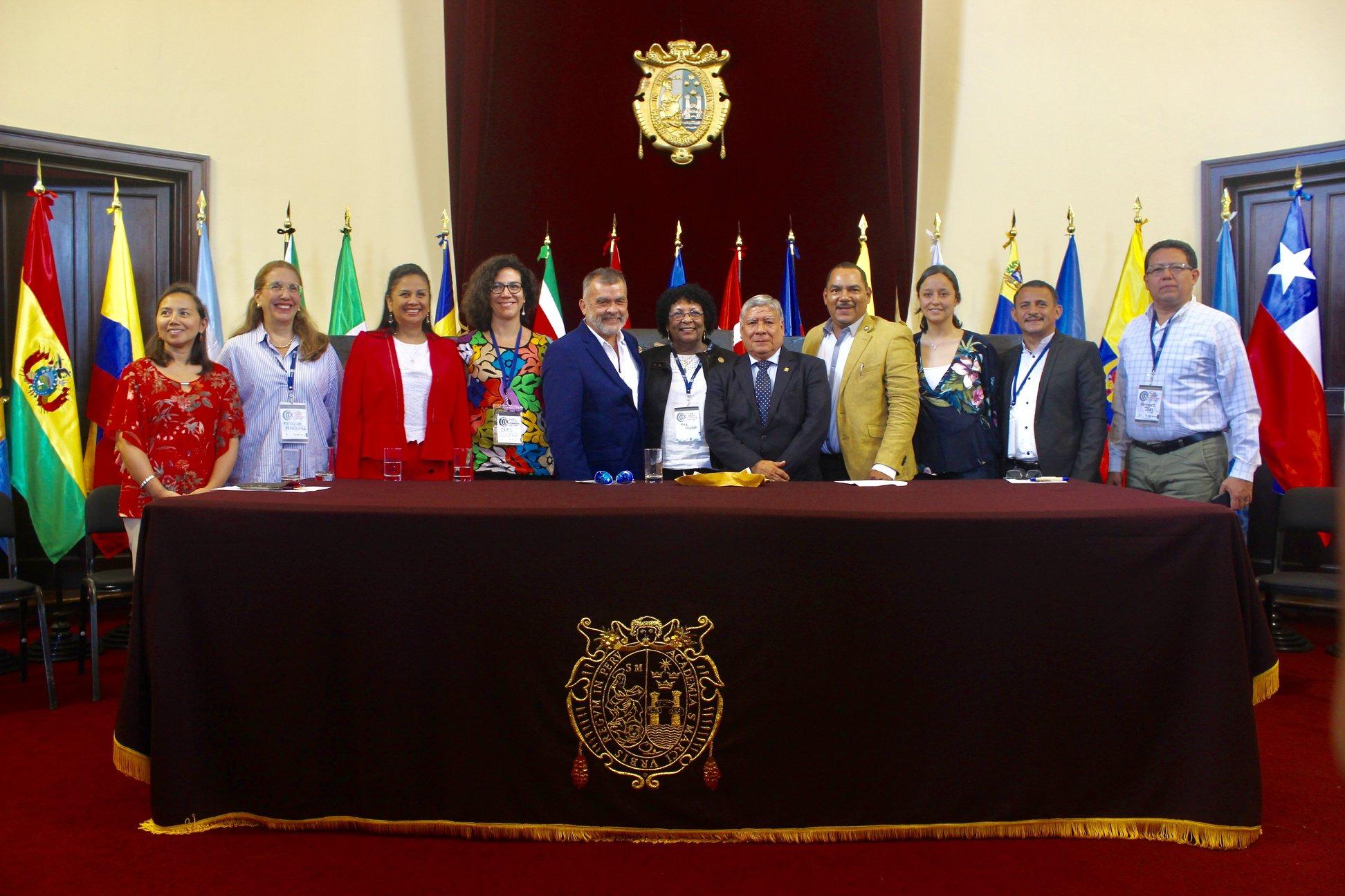 Presidium de relatores acompañados del Director de UNESCO-IESALC y del rector de la UNMSM