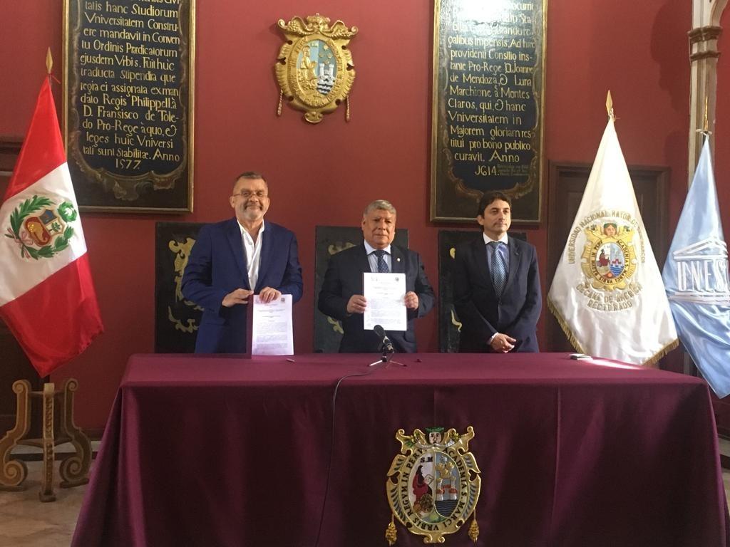 Pedro Henríquez Guajardo, director de UNESCO-IESALC; Orestes Cachay Boza, rector de la UNMSM y Daniel Michaels, coordinador del CRECES.