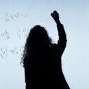 Mujer escribiendo en pizarron